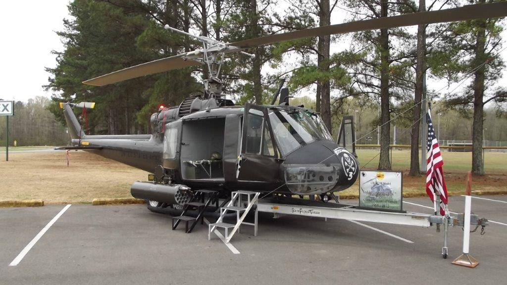 Huey UH1 b gunship